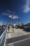Turistas en el puente de la voluntad sobre el río de Brisbane foto de archivo
