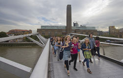 Turistas en el puente del milenio Imágenes de archivo libres de regalías