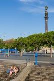 Turistas en el puerto de Barcelona con los dos puntos en el fondo. Imagen de archivo