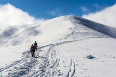 Turistas en el rastro del invierno Foto de archivo libre de regalías