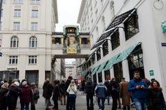 Turistas en el reloj musical Ankeruhr en Viena Foto de archivo