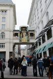 Turistas en el reloj musical Ankeruhr en Viena Imagen de archivo