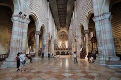 Turistas en el San Zeno Maggiore Basilica Church fotografía de archivo libre de regalías