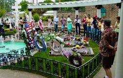 Turistas en el sepulcro de Presley's Imagen de archivo libre de regalías