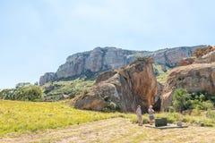 Turistas en el sitio histórico de Retiefklip en el estado libre Imágenes de archivo libres de regalías