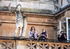 Turistas en el sitio Roman Bath, Reino Unido de la historia Imágenes de archivo libres de regalías