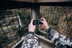 Turistas en el teléfono de las montañas s Foto de archivo