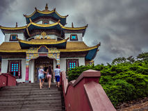 Turistas en el templo Imágenes de archivo libres de regalías