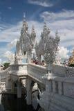Turistas en el templo blanco, Chiang Rai, Tailandia Imagenes de archivo