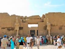 Turistas en el templo de Karnak Fotos de archivo