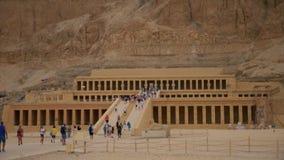 Turistas en el templo de la reina Hatshepsut en Egipto almacen de metraje de vídeo