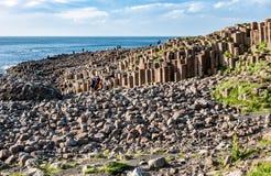 Turistas en el terraplén de Giants en Irlanda del Norte Foto de archivo