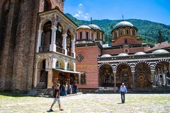Turistas en el territorio del monasterio famoso de Rila, Bulgaria Foto de archivo