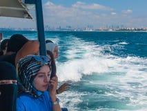 Turistas en el transbordador Foto de archivo