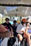 Turistas en el tren turístico para visitar el negocio de la sal Foto de archivo libre de regalías