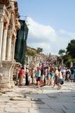 Turistas en ephesus Imagen de archivo libre de regalías