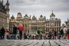 Turistas en Grand Place, Bruselas Imagen de archivo libre de regalías