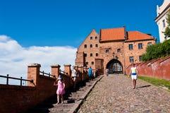 Turistas en Grudziadz, señal de Spichrze foto de archivo