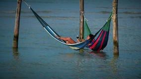 Turistas en hamacas Fotos de archivo