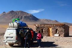 Turistas en Hito Cajon Frontera entre Chile y Bolivia andes Foto de archivo libre de regalías
