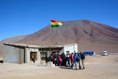 Turistas en Hito Cajon Frontera entre Chile y Bolivia andes Imagen de archivo libre de regalías