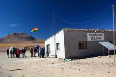 Turistas en Hito Cajon Frontera entre Chile y Bolivia andes Foto de archivo