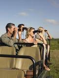 Turistas en Jeep Looking Through Binoculars imagenes de archivo