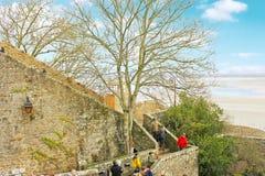 Turistas en la abadía del Saint Michel de Mont. Imagen de archivo libre de regalías