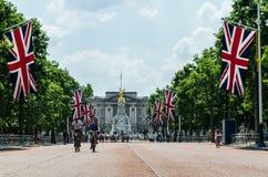 Turistas en la alameda con Buckingham Palace en el fondo foto de archivo libre de regalías