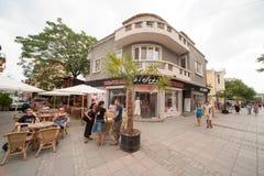 Turistas en la calle Burgas en Bulgaria Fotografía de archivo