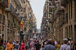 Turistas en la calle de Barcelona Foto de archivo libre de regalías