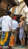 Turistas en la calle de Jerusalén Imagen de archivo libre de regalías