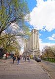 Turistas en la calle del centro y el edificio municipal de Manhattan Fotos de archivo libres de regalías