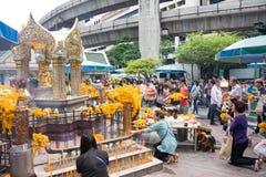 Turistas en la capilla de Erawan (Phra Phrom), empalme de Ratchaprasong Fotos de archivo