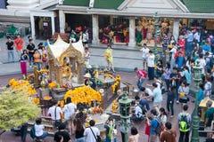Turistas en la capilla de Erawan (Phra Phrom), empalme de Ratchaprasong, B Imagenes de archivo