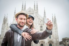Turistas en la catedral del Duomo, Milán fotos de archivo libres de regalías