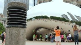 Turistas en la Chicago Bean Monument en parque del milenio almacen de metraje de vídeo