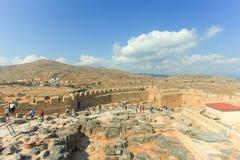 Turistas en la cima de ruinas antiguas de la acrópolis de Lindos Foto de archivo libre de regalías