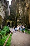 Turistas en la ciudad de la roca de Adrspach Fotos de archivo