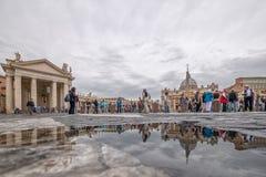 Turistas en la Ciudad del Vaticano, Italia Imagen de archivo libre de regalías