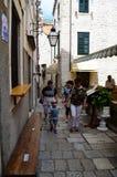 Turistas en la ciudad vieja de Dubrovnik, Croacia Fotos de archivo