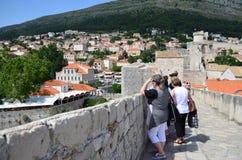 Turistas en la ciudad vieja de Dubrovnik, Croacia Foto de archivo
