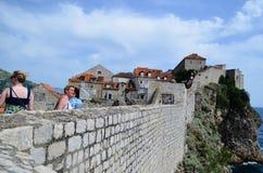 Turistas en la ciudad vieja de Dubrovnik, Croacia Foto de archivo libre de regalías