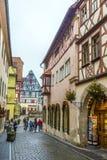 Turistas en la ciudad vieja del der Tauber del ob de Rothenburg fotografía de archivo