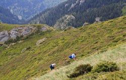 Turistas en la cuesta de montaña fotos de archivo