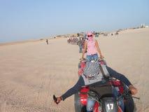 Turistas en la fila de carros con errores en el desierto de Egipto África para un paseo imágenes de archivo libres de regalías
