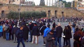 Turistas en la línea Colosseum Roma almacen de video
