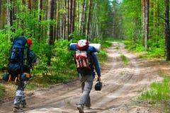 Turistas en la madera Imágenes de archivo libres de regalías