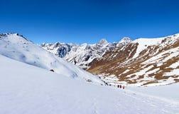 Turistas en la manera al paso del Cho-La Viaje al basecamp de Everest adentro fotografía de archivo