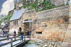 Turistas en la manera a la abadía del santo de Mont Fotos de archivo